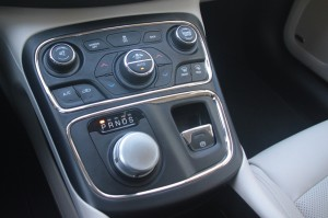 The rotary control knob for 9-speed transmission recalls the one in the Jaguar XF